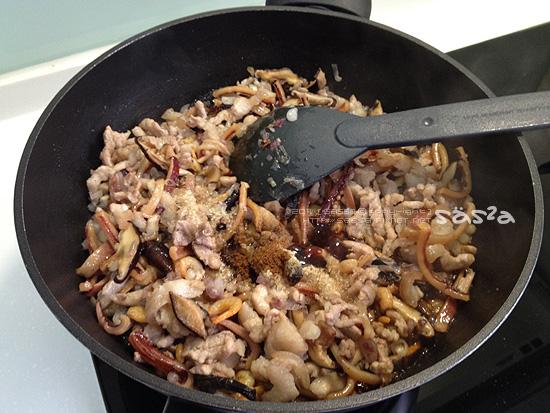 炒到食材的香氣都出來後加調味料