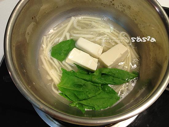 麵好加入煮過的豆腐與菠菜葉