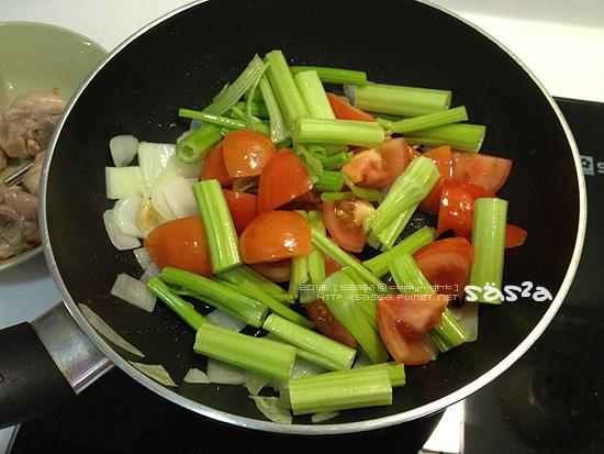 放入芹菜番茄炒