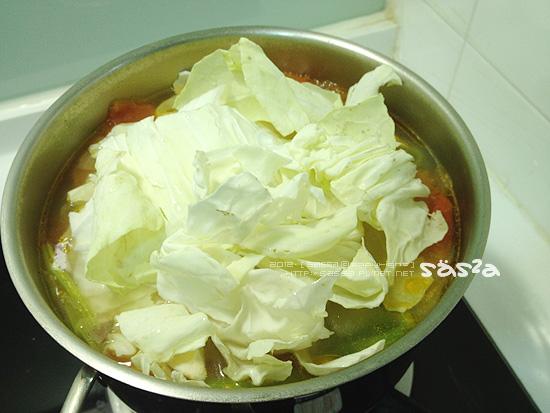 熬煮一會後放入高麗菜