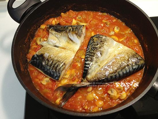 放入煎好的鯖魚
