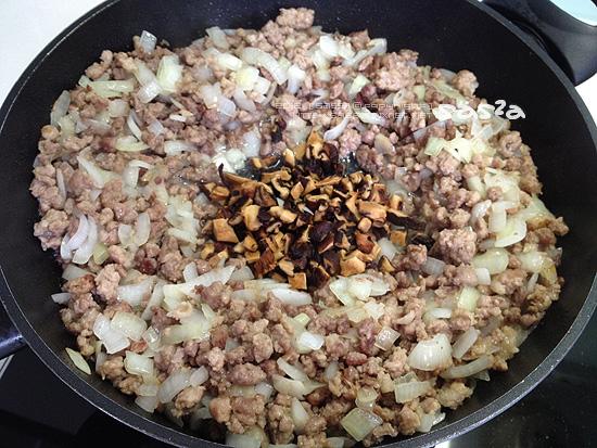 洋蔥炒軟再爆香菇