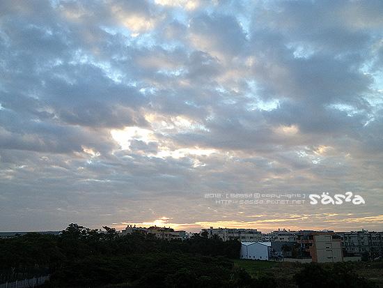 日出很美,雲層很厚