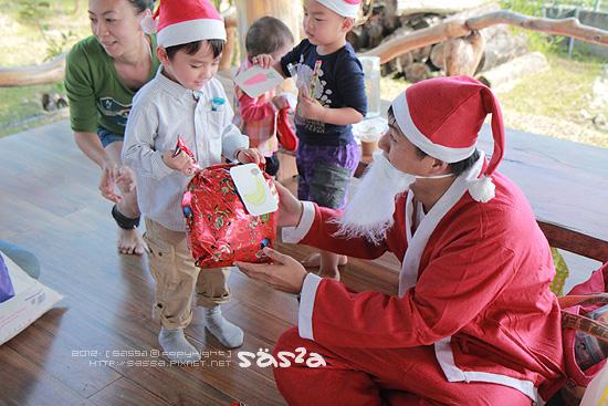 結束問答後,小人將自己的禮物貼上圖卡交給老公公