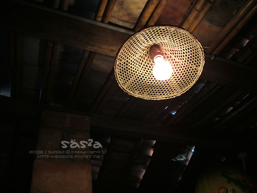 天花板的斗笠燈泡