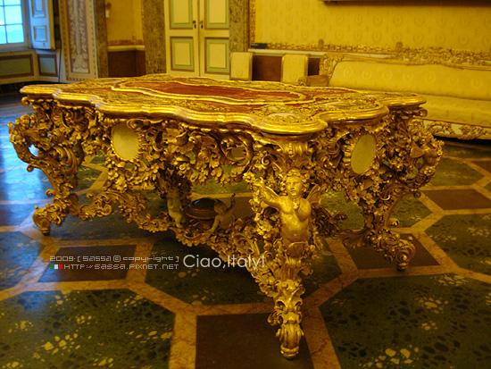 雕工非常精緻的黃金桌