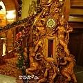 雕工精細的木鐘