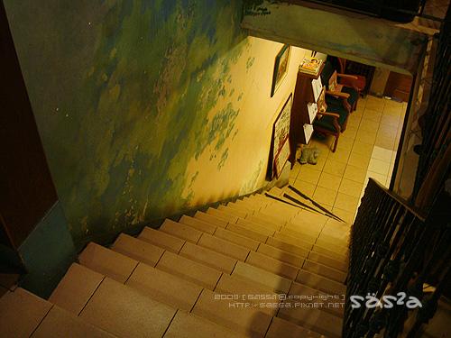上二樓陡峭的樓梯