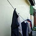圍牆邊曬著衣服