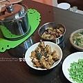 入厝隔天的第一頓晚餐:滷雞翅、四季豆、兩個菜尾+湯