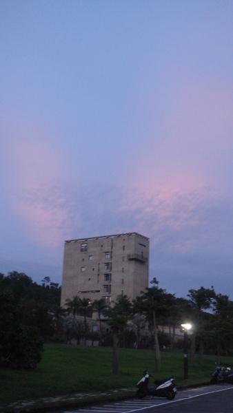 校園美景,天空發紅光~