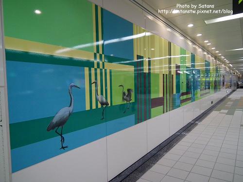 徐匯中學站的鷺鷥壁飾