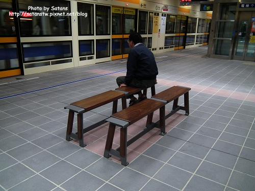 大橋頭站月台內的座椅,弄成長板凳的樣子十分特別