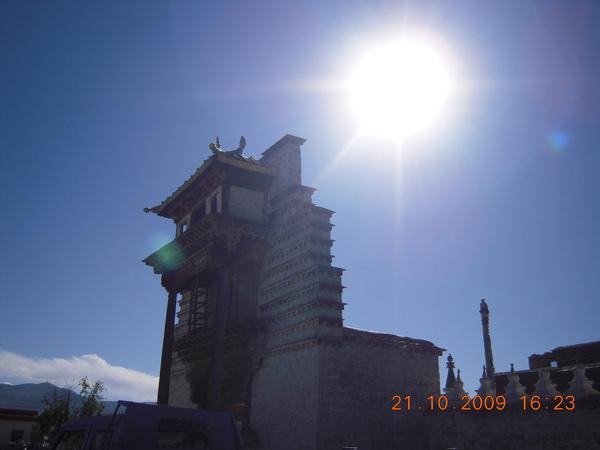 古魯鏡頭下~桑耶前門的牌樓,與陽光的對應.jpg