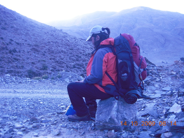 太重了!一個背包有30幾公斤,長途行走實在吃力,休息一下調整呼吸~繼續前進!.jpg