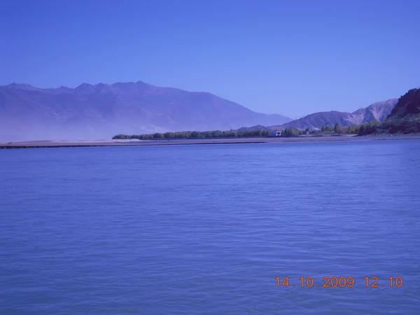 拉薩河 過了這河就到桑耶嘍!  美吧!.jpg