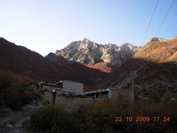 我們到渣央宗時天氣已晚無法再上山,古魯取下附近的景色!.jpg
