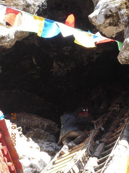 溶洞口到了!要進入溶洞需爬上這天梯,而這洞口極小,上去後需一個個鑽進去,其他的人就在天梯上等待!.jpg