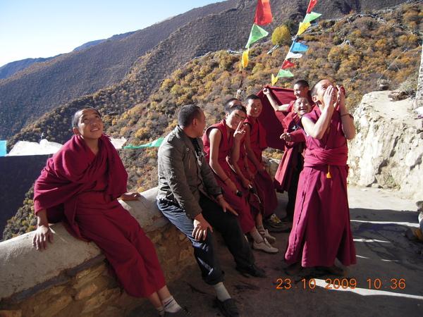與我們同住在一個寺廟的喇嘛,也邀我們一同出發,但他們已從溶洞出來,準備到下一個景點嘍!.jpg