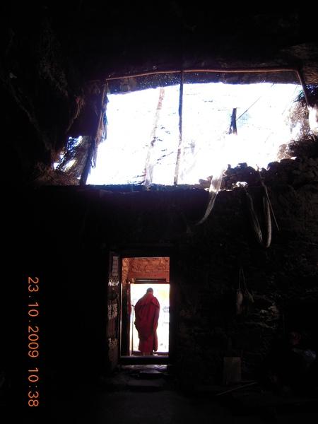 溶洞下有個大山洞,也成一個寺廟!.jpg