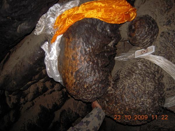洞裡的『聖石』被獻上哈達,美吧!.jpg