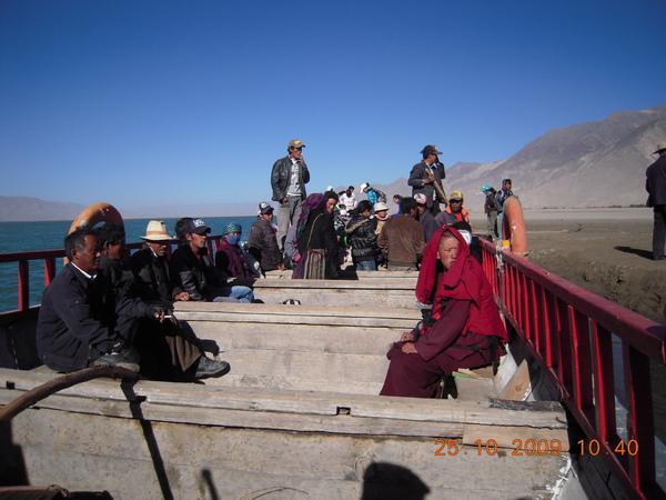 請寺廟裡幫我們找部摩托車送我們下山,再坐小車才來到渡口,可~古魯的帽子也在路上飛走了!但這是吉利的象徵喔,因為藏人會把他們的 衣物或帽子放在聖地,祈求加持與祝福!.jpg