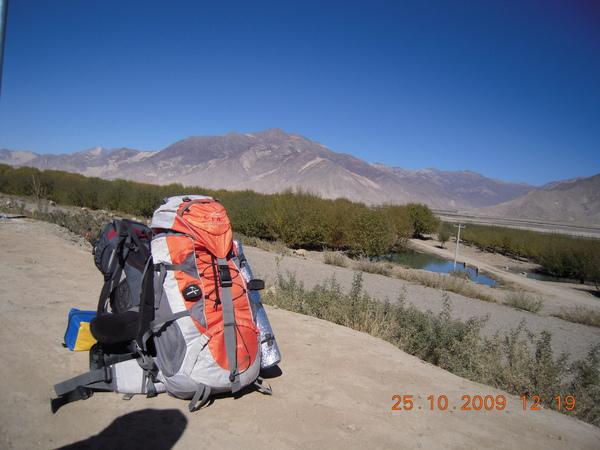 這是我們這趟旅程的背包,裡面可是很重的,因為不知道旅程的時間,所以也將一些書也帶上了!.jpg