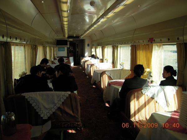 這是火車上的餐廳,但食物極簡單~更別說我們疏食了!.jpg