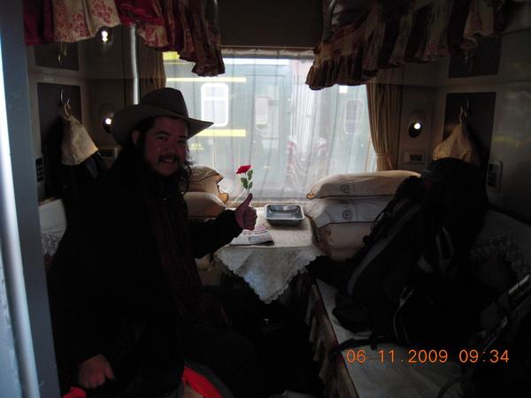 這是我們坐到青海的青藏鐵路火車!約24小時就可到西寧,最頂級~軟臥 票價要810人民幣(很久沒花這麼高的費用了,但體驗一下下次大家可一起來喔!).jpg