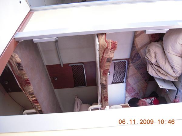 硬臥~就是同樣的空間,將他分隔三層,床也就硬,很多人都在外面坐,.jpg