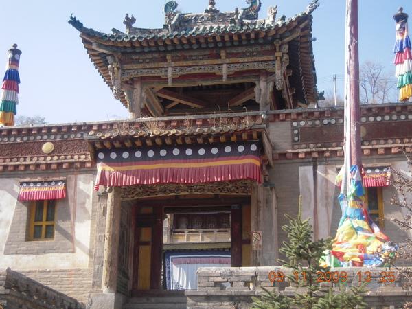 在青海去過兩間很有名的寺廟後,有種感覺~把它當成觀光古蹟來欣賞,會比較有感覺吧!.jpg