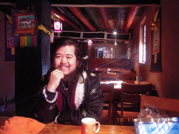 這是我們在玉樹住的家庭旅館的餐吧(三摩提餐巴)~不賣白酒雖限制了他的客戶群,但他不在乎,因為這是他師職職業外的一個夢想地!.JPG