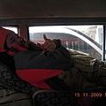 車上的位子是緊連的~古魯頭下的位子就是下一個人的腳,所以後一個腳的味道重的話,是什麼味道 前一個都清楚呢!.JPG