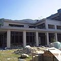 這就是竟心村的大樓,外型已架構好,就剩內部的裝修~我們說他是生出千萬佛子的精神中心,等完工將一起陪伴更多的佛子在此生出喱!.JPG