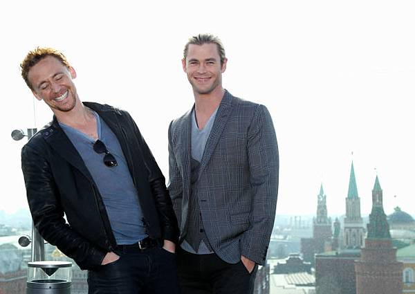 Moscow-Tom-Hiddleston-Chris-Hemsworth-2