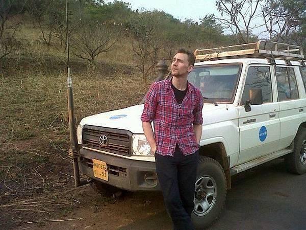 Tom-helping-out-UnicefUK-tom-hiddleston-33436594-640-480.jpg