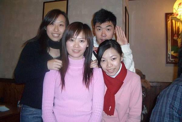 哈.被3個女生圍繞的感覺如何