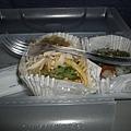 機上準備的早餐-壽司跟涼麵