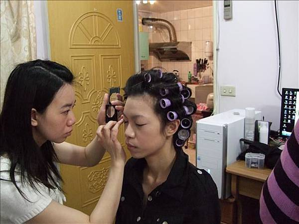 新娘還在化妝