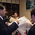 爸爸幫新娘蓋頭紗了