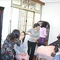一群女人忙著打扮