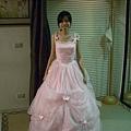 江惠超愛的的粉紅小禮服