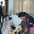 媽媽幫新娘蓋頭紗