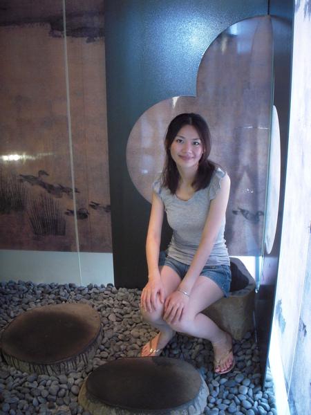瑄瑄和家家在廁所拍照~很有感覺吧!