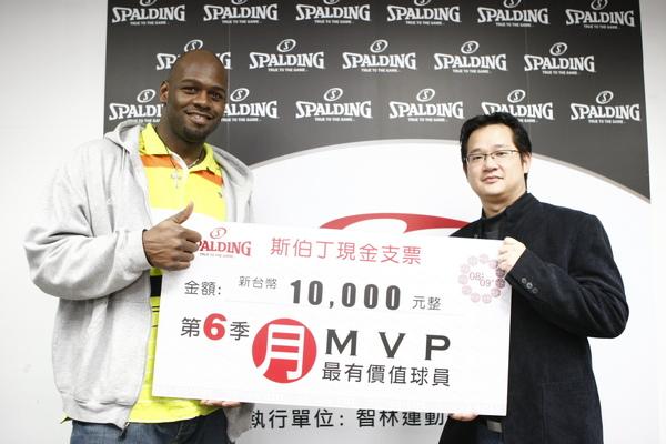 SBL 斯伯丁3月MVP 艾倫獲得獎金一萬元;左為艾倫,右為星裕國際商品暨行銷部副理蔡英哲