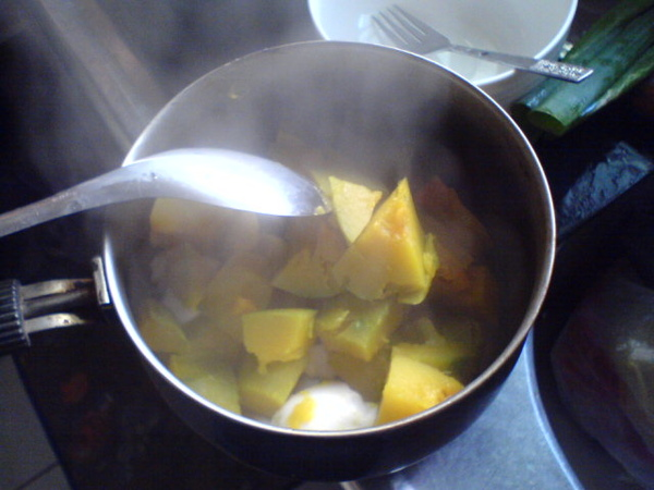 STEP4 南瓜和鹹蛋 一起蒸好嚕