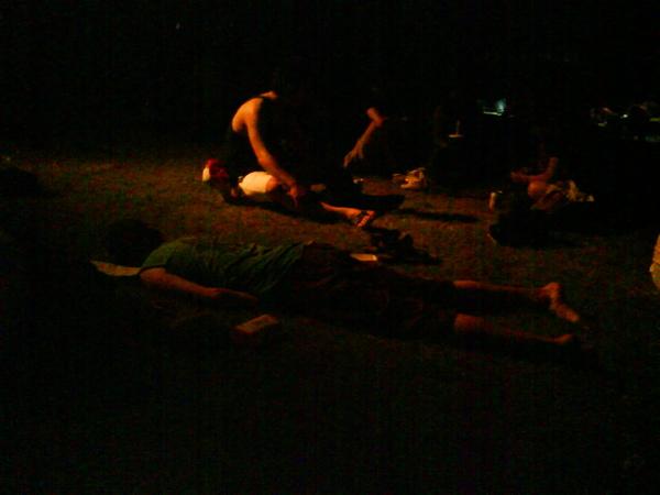 昏睡在草皮上的外國人