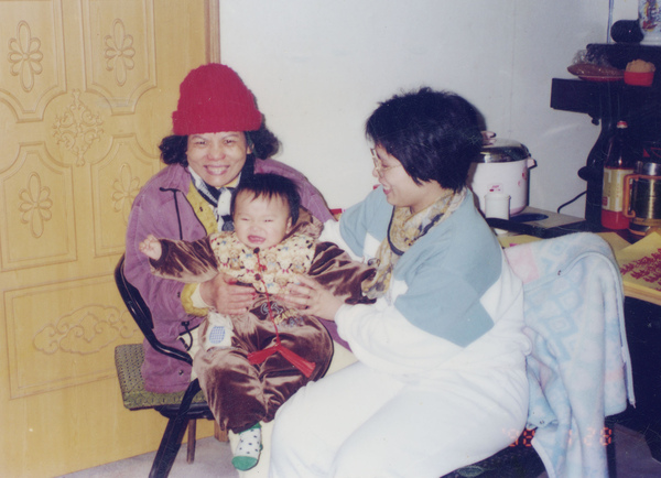 86年媽媽50歲須靠藤椅助行.jpg