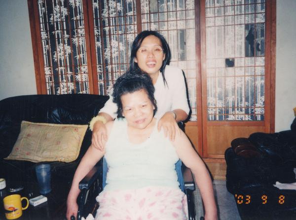 92年56歲胖胖的媽媽還能自理生活.jpg