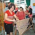 參與民眾現場體驗編製傳統的竹門廉。 記者劉星君/攝影